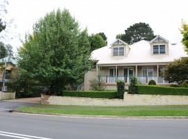 """""""Short walk to Leura Mall"""" 2/6 Craigend street , Inspection by appointment"""